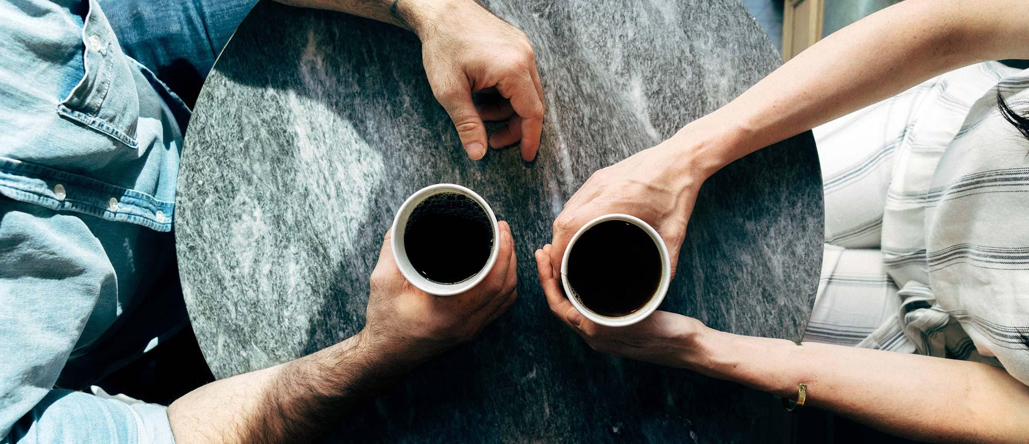 Två personer som dricker kaffe